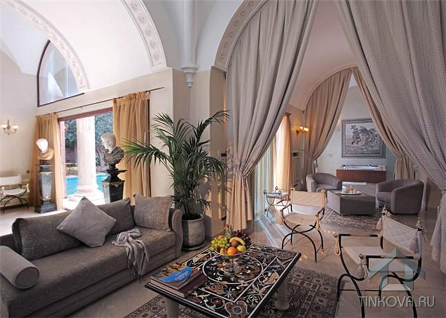 Холл в романском стиле